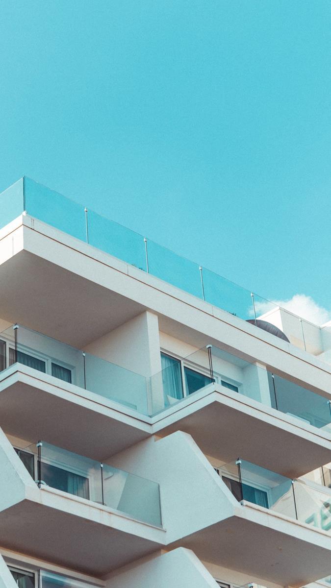 Jakie funkcje mogą spełniać osłony balkonowe?