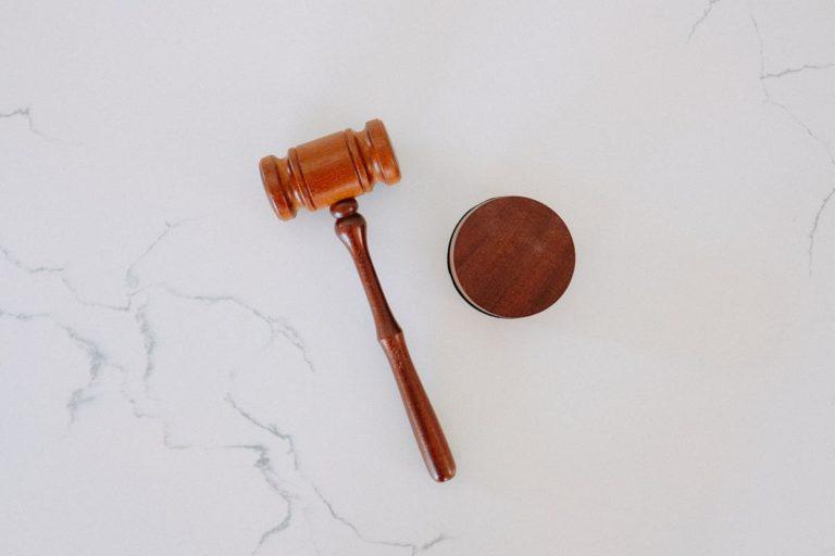 Usługi prawnika przydadzą się podczas zawierania umów