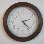 Doskonale wykonany zegar ścienny z logo