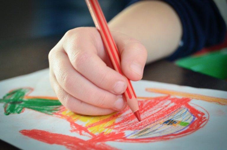 Dzieci w różnym wieku uwielbiają rysować i malować