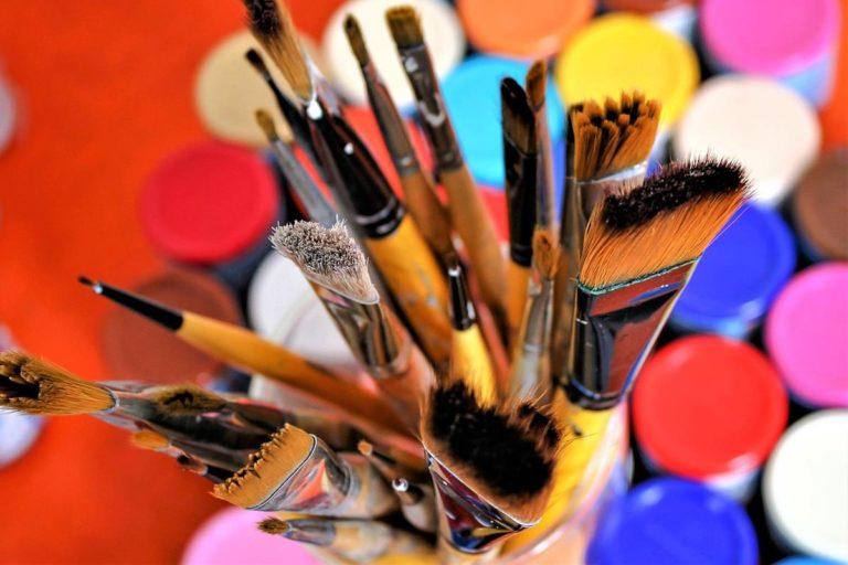 Jaka jest różnica pomiędzy gwaszem a akwarelą i innymi farbami